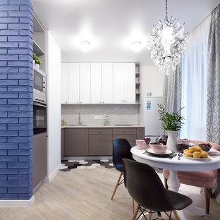 Новые идеи обустройства дома: маленькая угловая кухня в современном стиле с обеденным столом, врезной раковиной, плоскими фасадами, серыми фасадами, столешницей из ламината, серым фартуком, техникой из нержавеющей стали, полом из керамической плитки, разноцветным полом, серой столешницей и фартуком из керамической плитки без острова