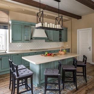 Выдающиеся фото от архитекторов и дизайнеров интерьера: большая кухня в классическом стиле с полом из керамогранита, коричневым полом, фасадами с выступающей филенкой, синими фасадами, белым фартуком и островом