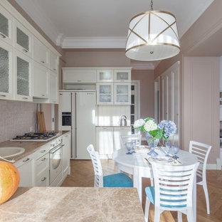 Стильный дизайн: маленькая угловая кухня-гостиная в современном стиле с накладной раковиной, фасадами с утопленной филенкой, мраморной столешницей, фартуком из керамогранитной плитки, белой техникой, паркетным полом среднего тона, бежевым фартуком и белыми фасадами - последний тренд