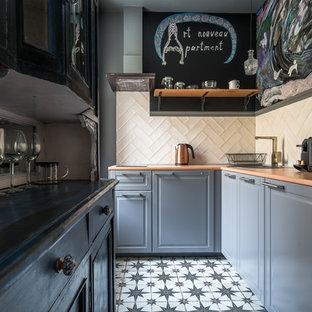 На фото: угловая кухня в стиле современная классика с накладной раковиной, фасадами с выступающей филенкой, серыми фасадами, бежевым фартуком, разноцветным полом и оранжевой столешницей с