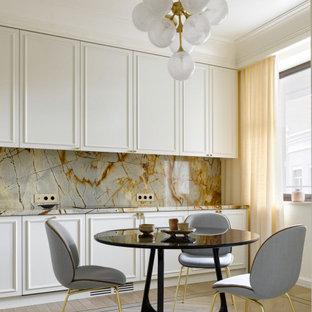 На фото: кухня в стиле современная классика с обеденным столом, фасадами с утопленной филенкой, белыми фасадами, разноцветным фартуком, фартуком из каменной плиты, светлым паркетным полом и разноцветной столешницей с