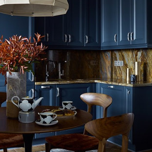 Ispirazione per una cucina chic con lavello sottopiano, ante con riquadro incassato, ante blu, paraspruzzi giallo, pavimento in legno massello medio, nessuna isola, pavimento marrone e top giallo