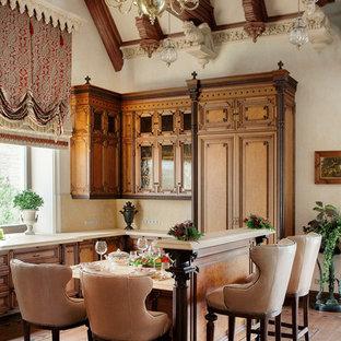 Удачное сочетание для дизайна помещения: угловая кухня в викторианском стиле с обеденным столом, фасадами с выступающей филенкой, фасадами цвета дерева среднего тона, бежевым фартуком, паркетным полом среднего тона и островом - самое интересное для вас