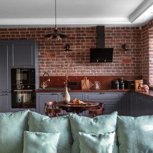Свежая идея для дизайна: кухня в стиле лофт с паркетным полом среднего тона - отличное фото интерьера
