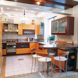 モスクワの広いコンテンポラリースタイルのおしゃれなキッチン (ドロップインシンク、フラットパネル扉のキャビネット、オレンジのキャビネット、人工大理石カウンター、ベージュキッチンパネル、セラミックタイルのキッチンパネル、シルバーの調理設備、セラミックタイルの床、ベージュの床) の写真