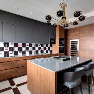 Удачное сочетание для дизайна помещения: кухня в современном стиле с врезной раковиной, плоскими фасадами, серыми фасадами, разноцветным фартуком, техникой под мебельный фасад, островом, разноцветным полом и серой столешницей - самое интересное для вас