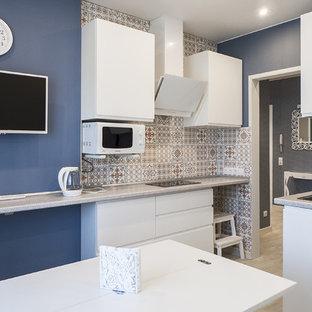 サンクトペテルブルクの中サイズのコンテンポラリースタイルのおしゃれなキッチン (ドロップインシンク、フラットパネル扉のキャビネット、白いキャビネット、ラミネートカウンター、マルチカラーのキッチンパネル、セラミックタイルのキッチンパネル、白い調理設備、クッションフロア、アイランドなし、グレーの床、グレーのキッチンカウンター) の写真