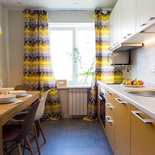 Создайте стильный интерьер: линейная кухня в стиле современная классика с накладной раковиной, плоскими фасадами, желтыми фасадами, белым фартуком, техникой из нержавеющей стали и черным полом - последний тренд