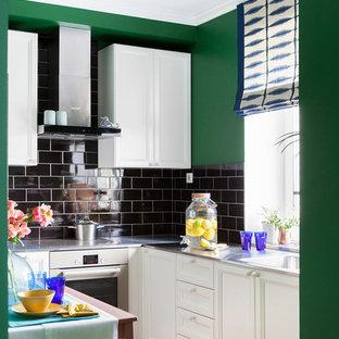 Пример оригинального дизайна: отдельная, угловая кухня в современном стиле с фасадами с утопленной филенкой, белыми фасадами, черным фартуком, техникой из нержавеющей стали, паркетным полом среднего тона, коричневым полом и монолитной раковиной без острова