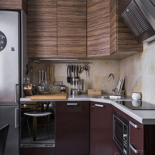 На фото: отдельные, угловые кухни в современном стиле с плоскими фасадами, бежевым фартуком, накладной раковиной и техникой из нержавеющей стали без острова