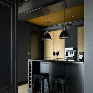 На фото: кухня в классическом стиле с светлым паркетным полом, полуостровом, бежевым полом и черной столешницей с