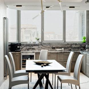 Стильный дизайн: угловая кухня в современном стиле с фасадами с утопленной филенкой, серым фартуком, белым полом, обеденным столом, темными деревянными фасадами, фартуком из каменной плиты, техникой из нержавеющей стали и серой столешницей без острова - последний тренд