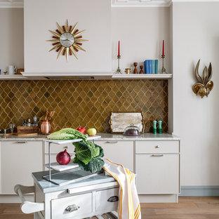 Удачное сочетание для дизайна помещения: кухня в стиле современная классика с фасадами с декоративным кантом, коричневым фартуком, светлым паркетным полом, бежевым полом и бежевыми фасадами - самое интересное для вас