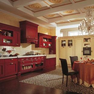 Offene, Große Klassische Küche in L-Form mit integriertem Waschbecken, beigen Schränken, Rückwand aus Stein, schwarzen Elektrogeräten, Kücheninsel, Quarzwerkstein-Arbeitsplatte, Küchenrückwand in Beige und Keramikboden in Moskau