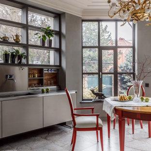 На фото: прямая кухня в современном стиле с врезной раковиной, плоскими фасадами, серыми фасадами, серым полом и серой столешницей с