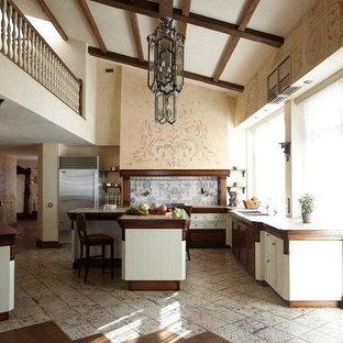 モスクワの大きい地中海スタイルのおしゃれなキッチン (ダブルシンク、タイルカウンター、マルチカラーのキッチンパネル、セラミックタイルのキッチンパネル、シルバーの調理設備の、セラミックタイルの床、マルチカラーの床) の写真