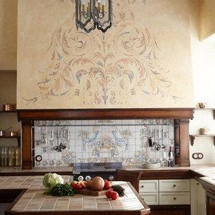 モスクワの広い地中海スタイルのおしゃれなキッチン (ダブルシンク、タイルカウンター、マルチカラーのキッチンパネル、セラミックタイルのキッチンパネル、シルバーの調理設備、セラミックタイルの床、マルチカラーの床) の写真