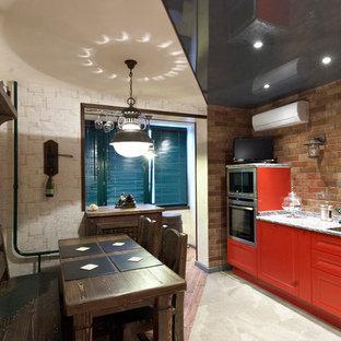 モスクワの広いエクレクティックスタイルのおしゃれなキッチン (赤いキャビネット、御影石カウンター、ガラスタイルのキッチンパネル、シルバーの調理設備、磁器タイルの床、落し込みパネル扉のキャビネット、茶色いキッチンパネル、アイランドなし) の写真