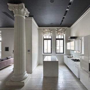 Пример оригинального дизайна: линейная кухня-гостиная в современном стиле с плоскими фасадами, белыми фасадами, белым фартуком, светлым паркетным полом, островом, бежевым полом и белой столешницей