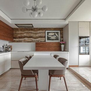 Удачное сочетание для дизайна помещения: большая угловая кухня - столовая в современном стиле с плоскими фасадами, столешницей из акрилового камня, белым фартуком, полом из керамогранита, бежевым полом, белой столешницей и белыми фасадами - самое интересное для вас
