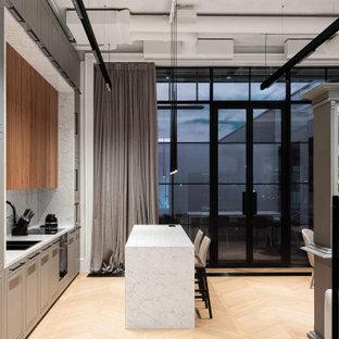 Свежая идея для дизайна: параллельная кухня-гостиная среднего размера в современном стиле с двойной раковиной, плоскими фасадами, серыми фасадами, серым фартуком, техникой под мебельный фасад, островом, бежевым полом, серой столешницей и балками на потолке - отличное фото интерьера