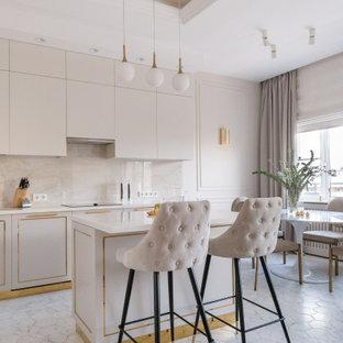 Идея дизайна: кухня среднего размера в современном стиле с бежевыми фасадами, столешницей из акрилового камня, бежевым фартуком, полом из керамической плитки, островом, белым полом, белой столешницей, обеденным столом, плоскими фасадами и фартуком из каменной плиты
