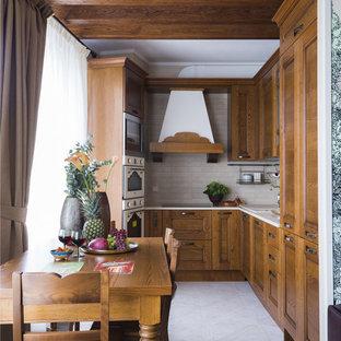 Пример оригинального дизайна: угловая кухня в стиле современная классика с фасадами в стиле шейкер, фасадами цвета дерева среднего тона, бежевым фартуком, белой техникой и бежевым полом без острова