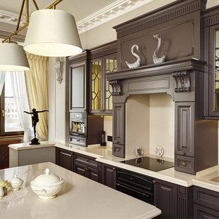 Выдающиеся фото от архитекторов и дизайнеров интерьера: кухня в классическом стиле с двойной раковиной, коричневыми фасадами, бежевым фартуком, черной техникой и островом