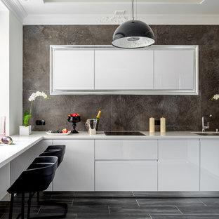 Свежая идея для дизайна: отдельная, угловая кухня в современном стиле с врезной раковиной, плоскими фасадами, белыми фасадами, серым фартуком и серым полом без острова - отличное фото интерьера