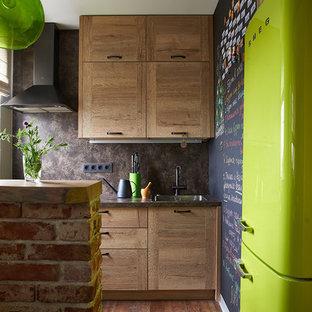 На фото: отдельная кухня в стиле лофт с накладной раковиной, плоскими фасадами, фасадами цвета дерева среднего тона, коричневым фартуком, цветной техникой, коричневым полом, коричневой столешницей и островом с