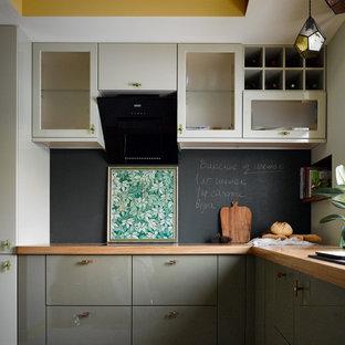На фото: отдельная, угловая кухня среднего размера в современном стиле с врезной раковиной, плоскими фасадами, бежевыми фасадами, деревянной столешницей, черным фартуком, фартуком с окном, черной техникой, полом из керамогранита, серым полом и бежевой столешницей без острова с