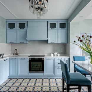 Неиссякаемый источник вдохновения для домашнего уюта: маленькая угловая кухня в стиле современная классика с врезной раковиной, столешницей из кварцевого композита, техникой из нержавеющей стали, полом из керамогранита, разноцветным полом, белой столешницей, фасадами с утопленной филенкой, синими фасадами, серым фартуком, фартуком из плитки мозаики и полуостровом