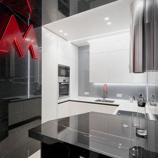 Свежая идея для дизайна: отдельная, п-образная кухня среднего размера в современном стиле с врезной раковиной, плоскими фасадами, белыми фасадами, серым фартуком, фартуком из стекла, полом из керамогранита, белым полом, белой столешницей, техникой из нержавеющей стали и полуостровом - отличное фото интерьера