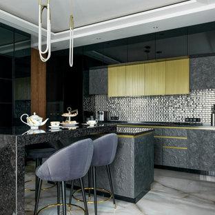 Свежая идея для дизайна: кухня в современном стиле с плоскими фасадами, серыми фасадами, фартуком цвета металлик, фартуком из металлической плитки, островом, серым полом, черной столешницей и многоуровневым потолком - отличное фото интерьера