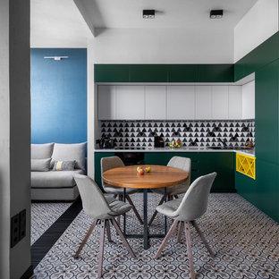Свежая идея для дизайна: угловая кухня-гостиная в стиле лофт с плоскими фасадами, зелеными фасадами, разноцветным фартуком, разноцветным полом и белой столешницей без острова - отличное фото интерьера