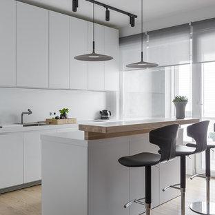Свежая идея для дизайна: кухня среднего размера в современном стиле с одинарной раковиной, белыми фасадами, белым фартуком, островом, бежевым полом, плоскими фасадами и белой столешницей - отличное фото интерьера