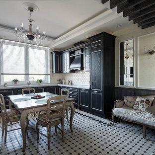 Пример оригинального дизайна: угловая кухня в стиле современная классика с обеденным столом, черными фасадами, белым фартуком, фартуком из плитки кабанчик и техникой из нержавеющей стали без острова