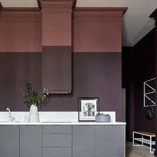 На фото: линейные кухни в современном стиле с плоскими фасадами, серыми фасадами, бежевым полом и белой столешницей