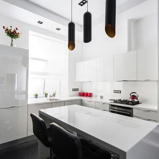 Новые идеи обустройства дома: угловая кухня-гостиная в современном стиле с врезной раковиной, плоскими фасадами, белыми фасадами, белым фартуком, техникой из нержавеющей стали и островом