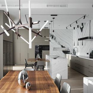 Новые идеи обустройства дома: линейная кухня-гостиная в современном стиле с плоскими фасадами, серыми фасадами, белым фартуком, островом, серым полом и белой столешницей