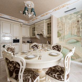 Удачное сочетание для дизайна помещения: отдельная, угловая кухня в классическом стиле с белыми фасадами, бежевым фартуком и белой техникой без острова - самое интересное для вас
