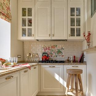 На фото: угловая кухня в стиле современная классика с фасадами с выступающей филенкой, белыми фасадами, бежевым фартуком, фартуком из плитки кабанчик, бежевым полом и бежевой столешницей с
