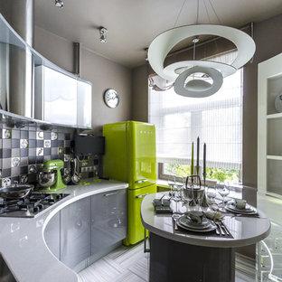 Неиссякаемый источник вдохновения для домашнего уюта: маленькая отдельная, угловая кухня в современном стиле с врезной раковиной, плоскими фасадами, серыми фасадами, серым фартуком и островом