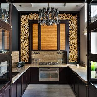 Свежая идея для дизайна: п-образная кухня в стиле современная классика с накладной раковиной, фасадами с утопленной филенкой, коричневыми фасадами, бежевым фартуком, техникой из нержавеющей стали и серым полом без острова - отличное фото интерьера