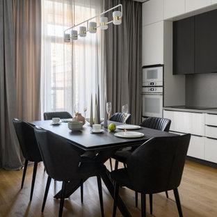 ノボシビルスクの広いコンテンポラリースタイルのおしゃれなキッチン (アンダーカウンターシンク、フラットパネル扉のキャビネット、白いキャビネット、クオーツストーンカウンター、グレーのキッチンパネル、クオーツストーンのキッチンパネル、白い調理設備、ラミネートの床、アイランドなし、グレーのキッチンカウンター) の写真
