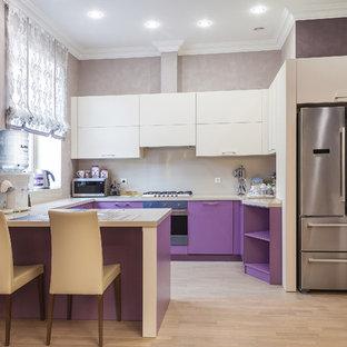 他の地域の大きいエクレクティックスタイルのおしゃれなキッチン (紫のキャビネット、ベージュキッチンパネル、ラミネートの床、ベージュのキッチンカウンター) の写真