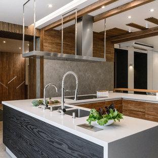 Свежая идея для дизайна: п-образная кухня в современном стиле с врезной раковиной, плоскими фасадами, фасадами цвета дерева среднего тона, серым полом и белой столешницей - отличное фото интерьера