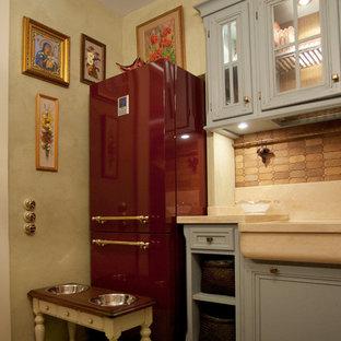 モスクワの小さいミッドセンチュリースタイルのおしゃれなキッチン (エプロンフロントシンク、落し込みパネル扉のキャビネット、グレーのキャビネット、大理石カウンター、茶色いキッチンパネル、石タイルのキッチンパネル、無垢フローリング、ベージュの床、ベージュのキッチンカウンター) の写真