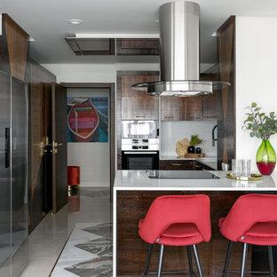 На фото: п-образная кухня в современном стиле с накладной раковиной, плоскими фасадами, коричневыми фасадами, белым фартуком, фартуком из каменной плиты, полуостровом, разноцветным полом и белой столешницей с