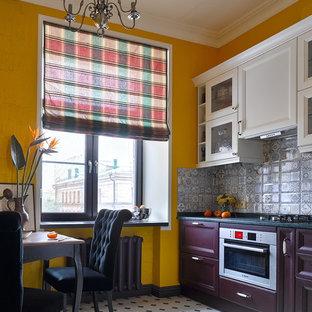 Immagine di una cucina eclettica chiusa con ante con riquadro incassato, ante viola, paraspruzzi grigio, elettrodomestici bianchi e nessuna isola